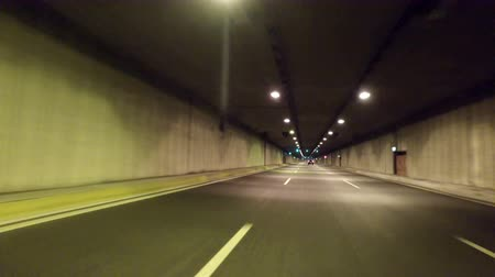 řídit : the car goes through a tunnel and exit it