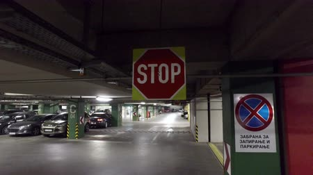 entrada da garagem : Driver pov driving and stopping on stop sign in underground car parking lot