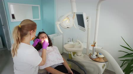 помощник : Dentist Teeth Carefully Examines The Patient Girl Стоковые видеозаписи