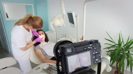macro fotografia : DEntist and girl at photo session