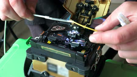 разъем : Working on fiber optic cable splice machine, technology for high internet speed