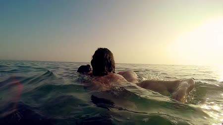 охранять : Girl rescue sister from drowning at sunset