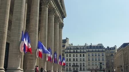 mausoléu : Row of French flags waving on columns of Pantheon in Paris, SLOW MOTION
