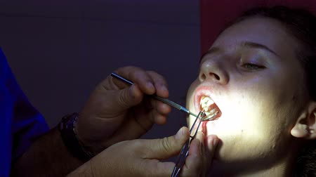 ambulância : Girl at dentist during endodonic tooth channel filling application