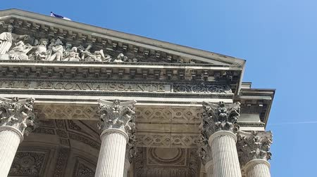parisli : Detail of Pantheon exterior architecture with dome and French flag waving, slow motion Stok Video