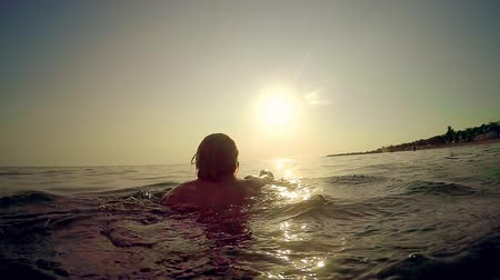 plavat : Beautiful Girl Swimming In The Ocean At Golden Sunset Dostupné videozáznamy