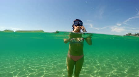 носить : Teen girl wear mask and go for underwater snorkeling, camera dome half underwater view Стоковые видеозаписи