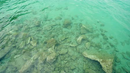 小石 : Turquoise shallow water surface and rocks stones on sea floor 動画素材