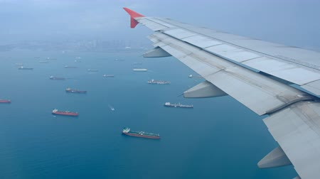 航海の : Airplane prepare to landing at Changi International Airport in Singapore.