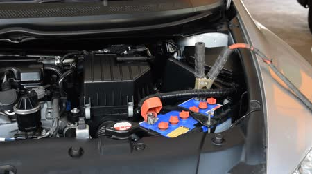 осмотр : automotive technician charging vehicle battery Стоковые видеозаписи