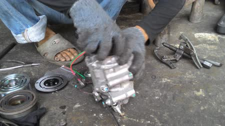 karbantartás : Hands of car mechanic in auto repair service.