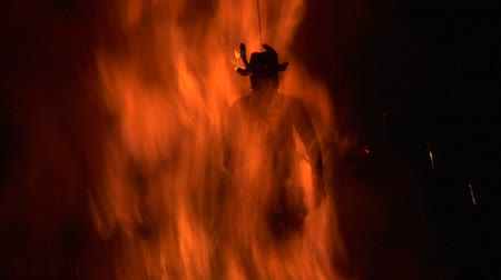 szatan : A puppet of an old witch is burnt on a bonfire Wideo