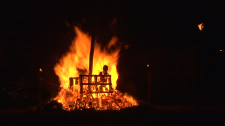 ведьма : A puppet of an old witch is burnt on a bonfire Стоковые видеозаписи