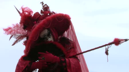 karnaval : Person in Venetian costume attends the Carnival of Venice (Italy) Stok Video
