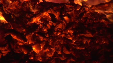 faszén : Close-up of burning embers in the dark