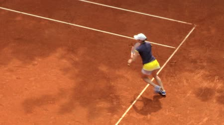 ракетка : Girl play tennis outdoor on orange clay tennis court