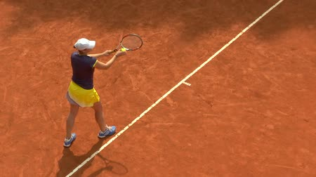 ракетка : Girl play ball service on orange clay tennis court