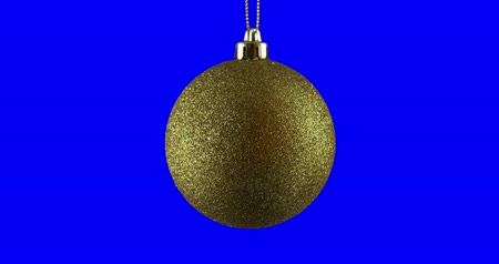 dönen : Gold Christmas ball isolated on blue screen background, rotating loop