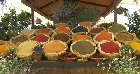 pão de especiarias : Different spice in baskets and sacks on wooden shelf