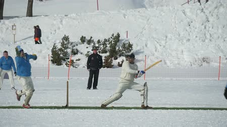 подача : A cricket batsman playing in a cricket match during Cricket on Ice in St. Moritz (Switzerland) on 18th February 2016 - slow motion Стоковые видеозаписи