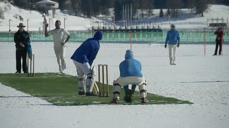 подача : A cricket bowler delivers a fast bowl in a cricket match during Cricket on Ice in St. Moritz (Switzerland) on 18th February 2016 - slow motion