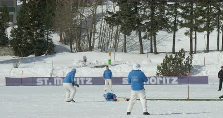 подача : A cricket bowler throws a ball in a cricket match during Cricket on Ice in St. Moritz (Switzerland) on 18th February 2016