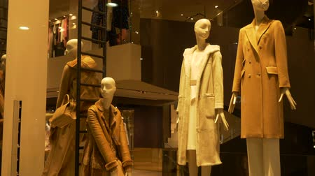 кукла : Elegant female mannequins near stairs in a fashion shop showcase