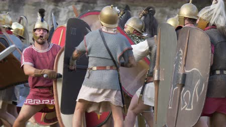 kılıç : The final battle between the army of Catiline and the army of Antonious in the Roman Civil War (AD 63) during the reenactment 'Back In Time' on July 29, 2017 in Arezzo (Italy) Stok Video