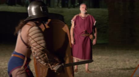 щит : Two roman gladiators (Thraex against Thraex) combat during the reenactment 'Back In Time' on July 29, 2017 in Arezzo (Italy)