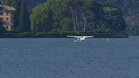 посадка : Floatplane preparing to take off on Lake Como in Italy Стоковые видеозаписи