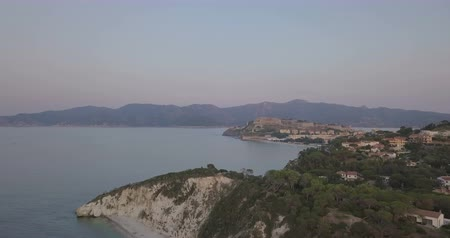 toskánsko : Aerial view from the sea of Portoferraio, an ancient medieval city on a promontory of the island of Elba (Italy) Dostupné videozáznamy