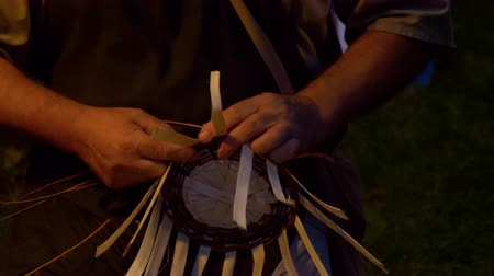 編まれた : Man making a wicker baskets during a reenactment at Breno (Italy)