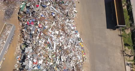 elválasztás : Aerial view of metal waste. Recycling industry. Separation of ferrous metals.