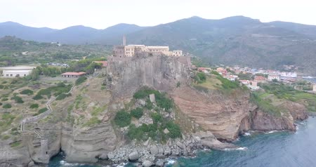 takımadalar : Aerial view of the Fort of San Giorgio, a 16th century castle located on a hill near the port of the Island of Capraia, Tuscan Archipelago, Italy.