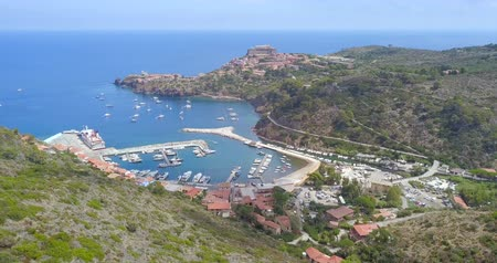 Aerial view of the small marina of Capraia Island, Tuscan Archipelago, Italy. Wideo
