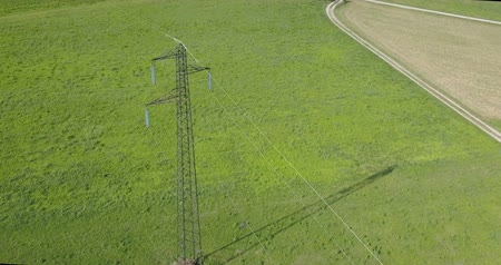 transformatör : High voltage tower from above, green meadow background