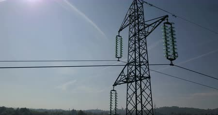 voltů : Drone flying up high voltage tower, blue sky background Dostupné videozáznamy