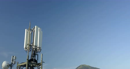 パイロン : Aerial view of Cell Phone Antenna on blue sky