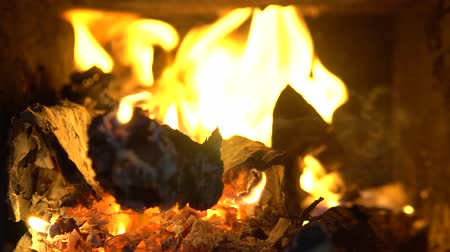 usado : Burning Fire In The Fireplace. 4k Clip of a fireplace with medium size flames.