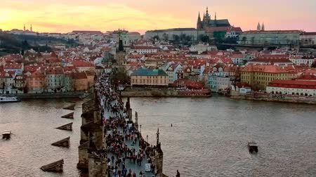 Прага : Charles bridge and Prague castle at evening Стоковые видеозаписи