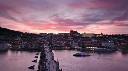 Прага : aerial view of sunset over Charles Bridge and Prague Castle, Czech Republic