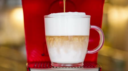 close-up van latte macchiato bereiding uit capsule