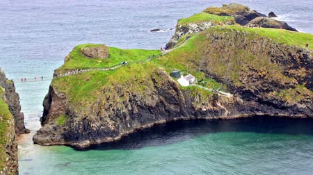 İrlanda : Aerial view of the Carrick-a-Rede Rope bridge, which links mainland and island of Carrickarede, Ballintoy, Northern Ireland, UK