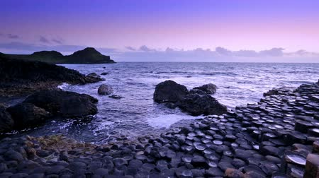 zonsondergang over basalt rotsen formatie Giants Causeway, County Antrim, Noord-Ierland Stockvideo