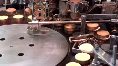 блин : Preparing Japanese imagawayaki red bean pancake (traditional Japanese dessert) by automatic machine at Nishiki market, Kyoto, Japan, UHD 4K Стоковые видеозаписи