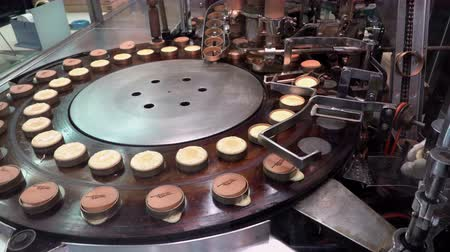 nalesniki : Preparing Japanese imagawayaki red bean pancake (traditional Japanese dessert) by automatic machine at Nishiki market, Kyoto, Japan, UHD 4K Wideo