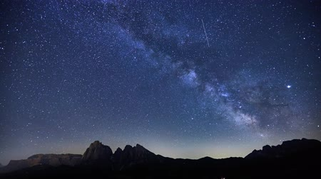 dolomitok : timelapse of Milky Way over Alpe di Siusi (also known as Seiser Alm) in Dolomites mountain, Sudtirol, Italy. Focus on mountain ridge.