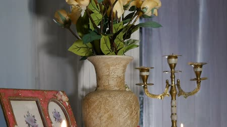 florista : The decor. Panorama from bottom to top vase and candle.