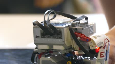 Childs Hand startet Roboterprogramm.close-up. Videos