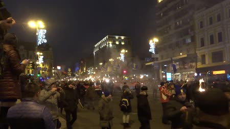 mais : Torchlight procession (torch march) of Ukrainian nationalists with a portrait of their leader Bandera. Kiev, Ukraine. January 1, 2018. Part 3 Stock Footage